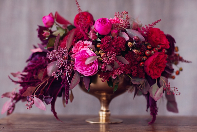 Red & Pink wedding centerpiece color scheme and flower inspiration for autumn weddings floral design by flowerup.at