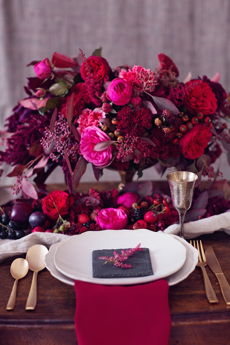 Red & Pink Wedding color scheme and flower inspiration for autumn weddings tablesetting by lovelyweddings.at flower styling by flowerup.at