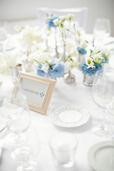 Finest Wedding Photography in Austria, wedding photography by peaches & mint, light blue and white table decoration at this delicate lakeside wedding