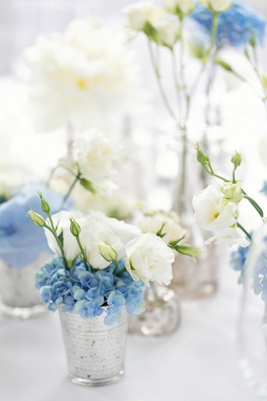 light blue and white table decoration at this delicate lakeside wedding, little vases, flowers, kleine Vasen als Hochzeitsdekoration