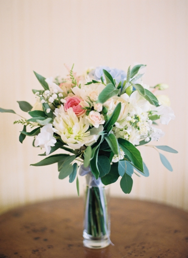 Wedding bouquet in pastel tones & herbs by Flowerup.at