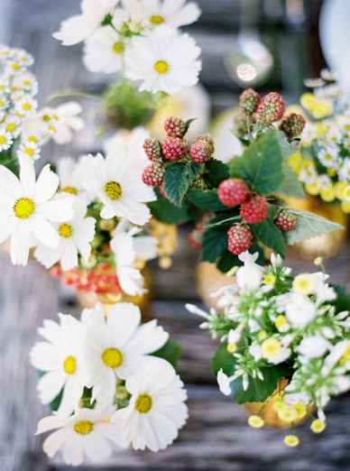 Daisy flowers & berries lovely summer wedding decoration