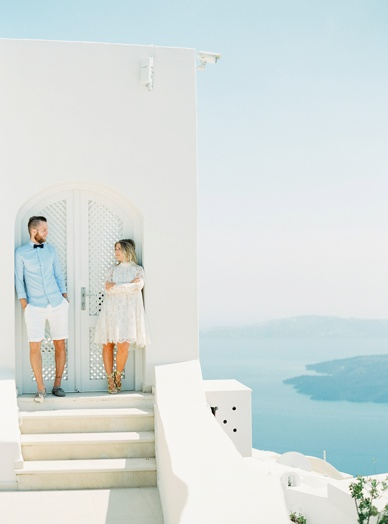 Santorini lovebirds honeymoon photoshoot with peaches & mint
