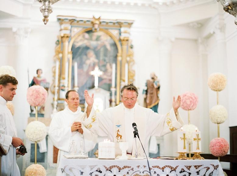 Modest & beautiful italian chapel with original floral decoration by Kunstgaertnerei Doll
