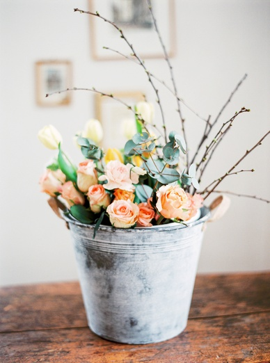 A bucket full of spring! Floral spring inspiration by peachesandmint.com and flowerup.at