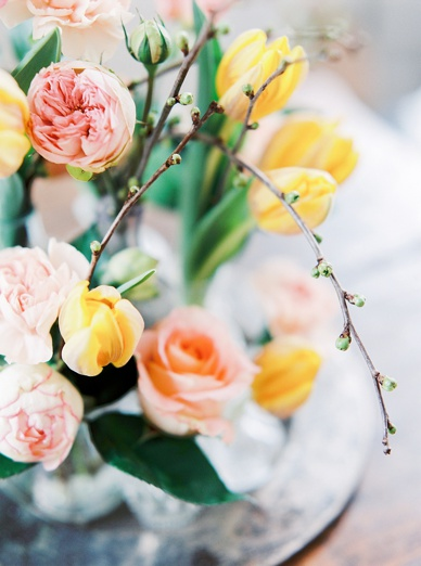 Spring flower inspiration tulips & roses by www.flowerup.at photography by peaches & mint