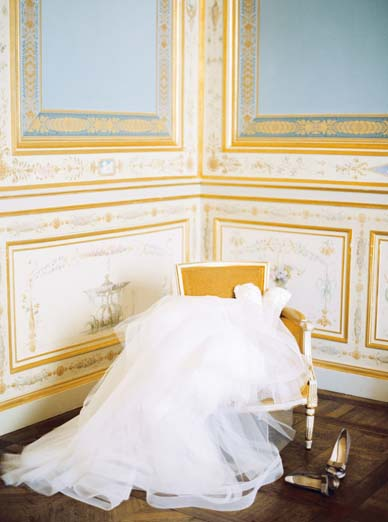 Getting ready shot + tulle bridal skirt and bodice by Monique Lhuillier | Destination fine art film photographer Peaches & Mint