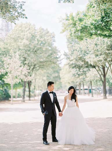 Bride and groom photo session in Paris | Fine art film photographer Peaches & Mint